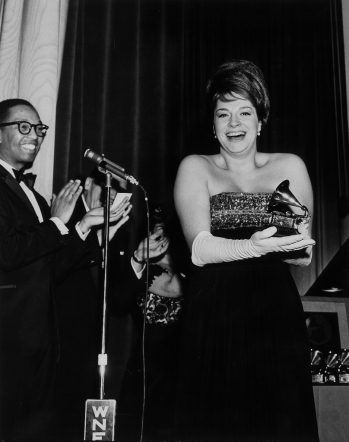 "Katyna con el Golden Grammy Award por ""More"", Hollywood, 1964."